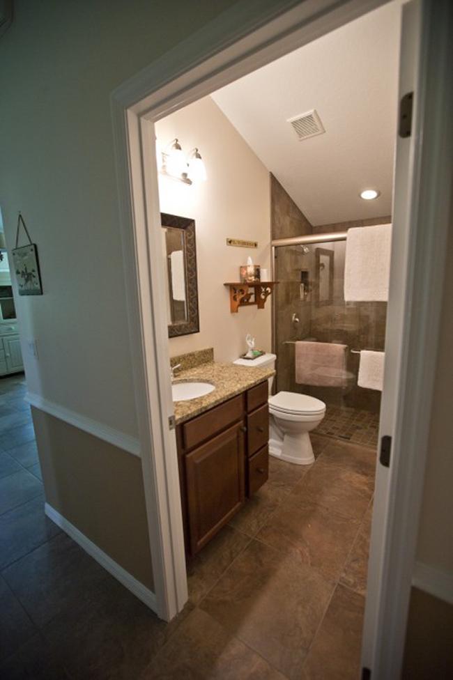 The bathroom in the barn apartment