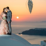 Perfect sunset wedding photos in Santorini, Greece